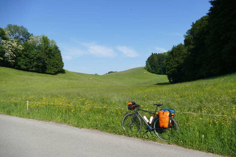 Auf einsamen Nebenstraßen ging es hügelig Richtung Alpen