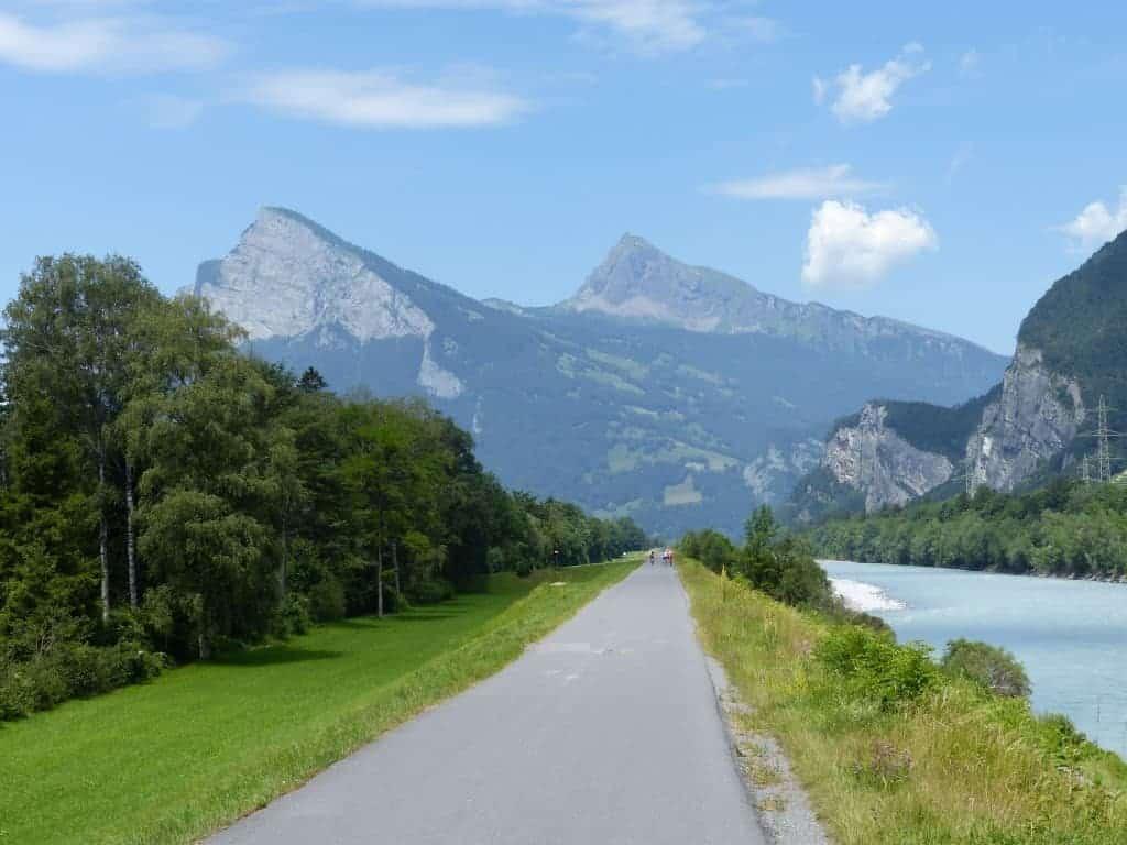 Auf dem Rheindamm Richtung Bodensee unterwegs